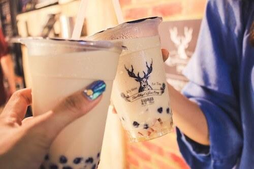 タピオカミルクティーを飲む女性 素材写真 photo by Girlydrop